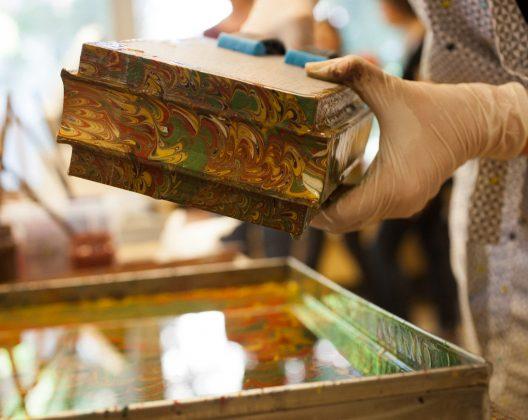 Knygos bloko marmuravimas | Vilniaus knygrišių gildija | Aušra Lazauskienė